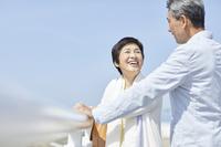 見つめ合う日本人シニア夫婦