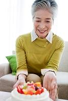 デコレーションケーキと中高年女性