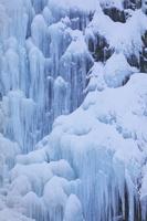 山形県 凍り付いた玉簾の滝