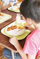 給食中の小学生