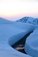 夕暮れの雪の大谷