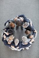 円陣を組むビジネスチーム