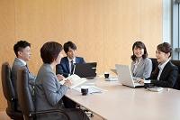 会議をするビジネスグループ