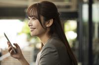 スマートフォンを持っている日本人女性