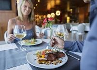 レストランで夕食を食べる外国人カップル