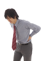腰痛で苦しむビジネスマン