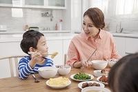 リビングで食事をする家族