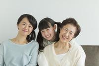 団らんする日本人の3世代家族