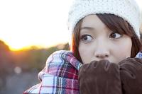 マフラーを口元まで寄せる日本人女性
