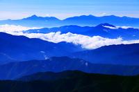 長野県 松本市 乗鞍岳から望む朝の山並み