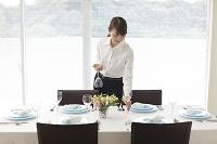 レストランのテーブルをセッティングする日本人女性
