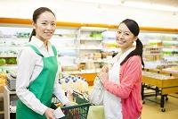 お会計をする買い物客と女性店員