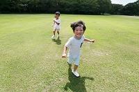 広場で走る日本人の子供