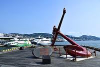 長崎県 長崎港に停泊する高速船と錨のモニュメント