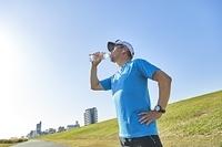 水を飲む日本人男性