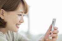 スマホを見る日本人の若い女性