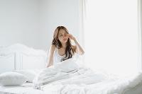 朝起きた若い日本人女性