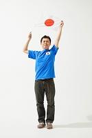 日本国旗を持つサポーターの男性
