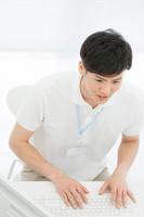 パソコンを操作する日本人男性