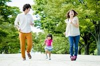 公園を走る三人家族