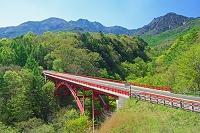 山梨県 春の東沢大橋と八ヶ岳(赤岳)