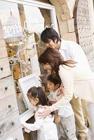 ショーウィンドウを見ている日本人家族