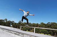 スケートボードをする外国人の若者