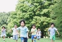 草原で走る小学生たち