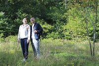 ハイキングをするミドル夫婦
