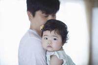 赤ちゃんを抱く父親