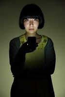 怪談話をする日本人女性