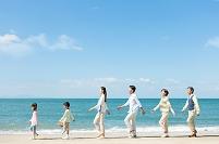 海岸を歩く3世代日本人家族