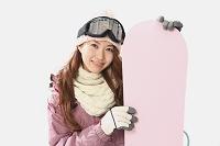 若い日本人女性スノーボーダー