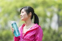 タンブラーを持つ20代の日本人女性