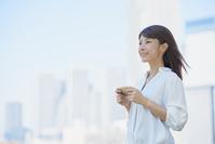 スマートフォンを使う若い日本人女性