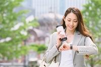 ビジネス女性 東京駅前