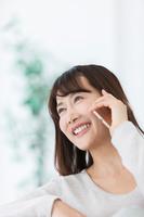 電話をする日本人女性
