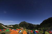 富山県 夜中の北アルプス劒澤テント場より望む剱岳と星空