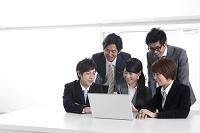 ノートパソコンを使うビジネスパーソンたち