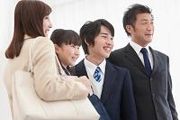 カバンを持つ日本人家族