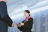 ビジネスマンとグランドスタッフの日本人女性