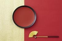 丸皿と箸と扇子