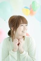 笑顔の日本人女性と風船