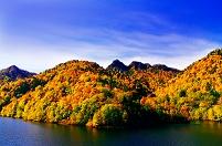 北海道 さっぽろ湖畔の山並みと定山渓天狗岳の岩峰