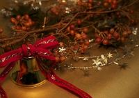 クリスマスベルと木の実のついた枝