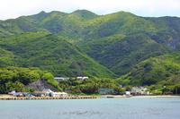 東京都 小笠原諸島 母島 ははじま丸から望む沖港と乳房山