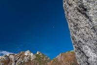 山梨県 9合目付近からみる青空に浮かぶ月
