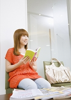 待合室の若い女性