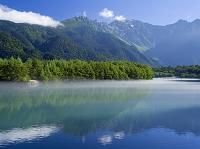 長野県 川霧漂う朝の大正池から穂高連峰