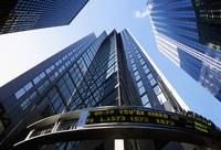 株式のLEDサインと高層ビル